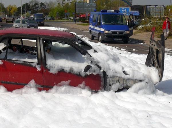 Po akcji gaszenia pożaru auta.