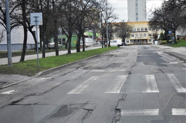 Ulica Stanisława Moniuszki w Tarnobrzegu jest w bardzo złym stanie. Gdyby miasto otrzymało dofinansowanie remont przeprowadzono by jeszcze w tym roku.