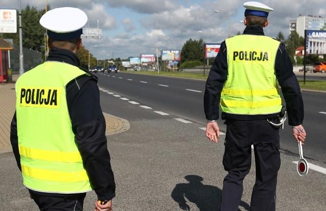"""Podczas czwartkowego przedpołudnia policjanci z koszalińskiej grupy """"SPEED"""", prowadząc działania kontrolno-pomiarowe, zatrzymali uprawnienia do kierowania czterem nieodpowiedzialnym kierowcom"""