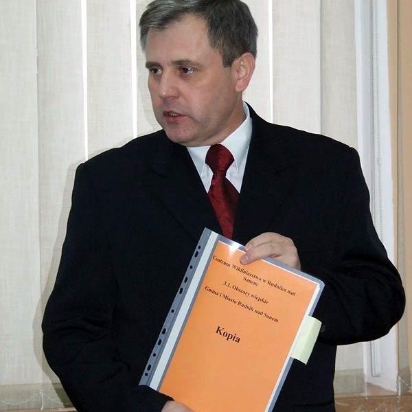 - Przed dwa lata broniłem się przed podwyżka - twierdzi Waldemar Grochowski, burmistrz Rudnika nad Sanem. Teraz  dostał 680 zł podwyżki.
