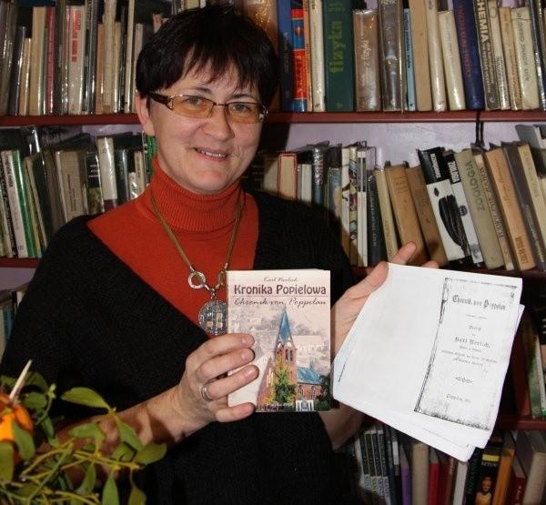Monika Macioszek pokazuje współczesne wydanie kroniki oraz ksero jej oryginału.