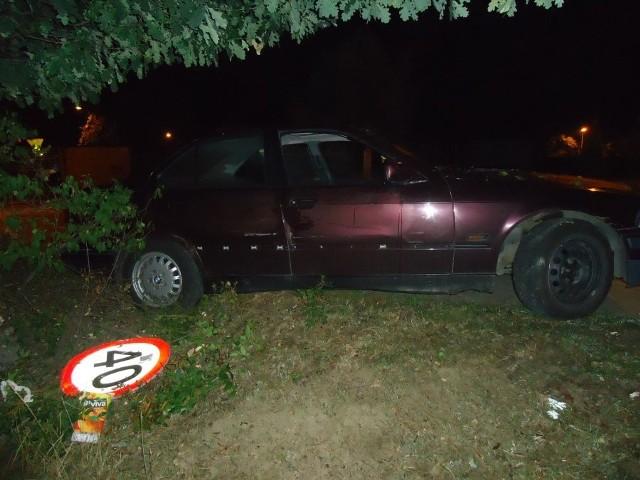Jastrzębie: Pijany 22-latek skosił samochodem znak drogowy