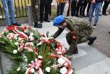 """Obchody Narodowego Dnia Pamięci """"Żołnierzy Wyklętych"""" w Jędrzejowie. Pod pomnikiem majora Gądzio """"Kosa"""" oddano hołd i składano kwiaty"""