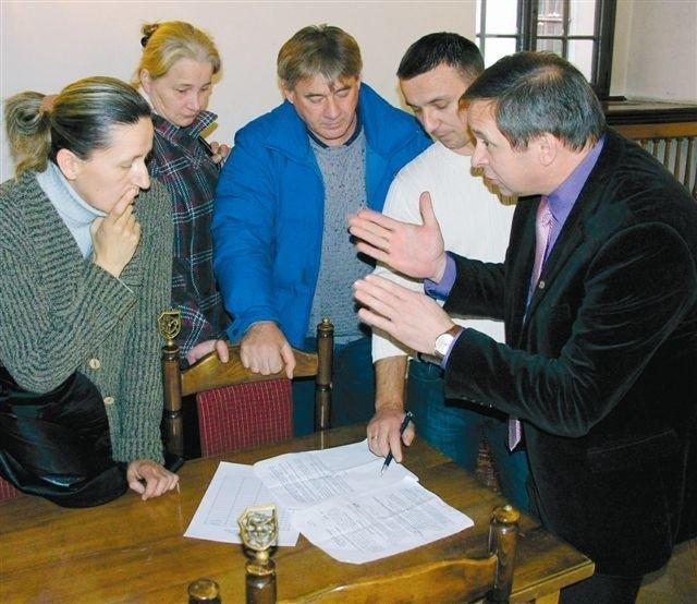 Burmistrz proponował stawkę opłaty targowej w wysokości 50 gr, kupcy 30 gr. Dzięki rozmowom z udziałem radnych udało się wypracować kompromis: 35 gr za metr zajmowanej powierzchni. (fot. Jarosław Staśkiewicz)