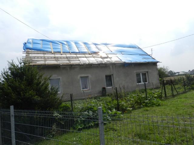 Z 16 domów wiatr zerwał dachy.