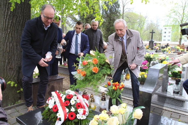 Przedstawiciele Sojuszu Lewicy Demokratycznej z Henrykiem Blidą złożyli kwiaty na grobie Barbary Blidy.