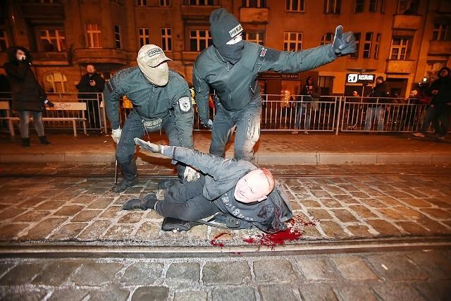 Duże siły policji zatrzymały marsz na ulicy Dubois. Użyto armatek wodnych i gazu łzawiącego. Są ranni.