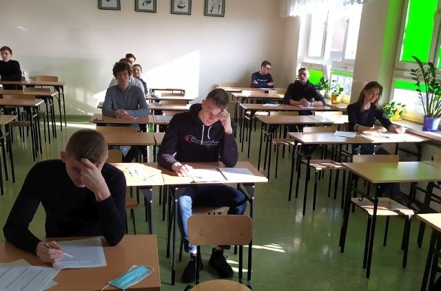 Maturzyści z II LO w Końskich rozpoczęli próbną maturę z języka polskiego w środę o godzinie 9.