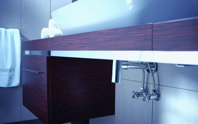 Zawory w baterii łazienkowej pod umywalkąBaterie jednouchwytowe stojące i ścienne przeznaczone są do instalowania w sieci wodociągowej o ciśnieniu normalnym do 1 MPa (zaleca się ciśnienie 0,3 MPa) i temperaturze 90ºC. Wskazane jest podłączenie baterii: dla wody ciepłej po lewej stronie, dla zimnej po stronie prawej.