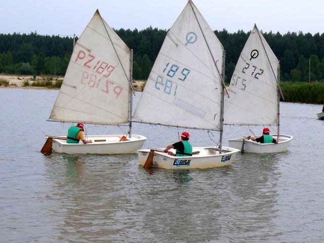 Zawody w klasie Optymist, na których na wodzie zalewu w Podwolinie rywalizowały dzieci.