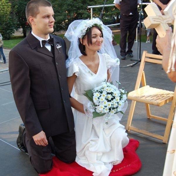 """Zespól """"Korowód"""" przypomnial tradycje i obyczaje weselne z lat 50-tych"""