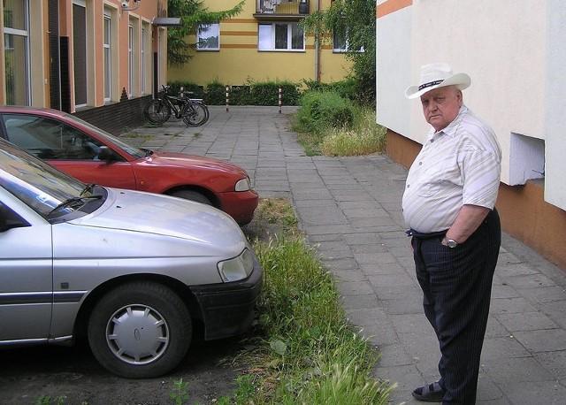 Pan Antoni nie zgadza się na parkowanie aut pod swoim oknem. – Stwierdzenie, że jest to parking zwyczajowy, mnie nie przekonuje - mówi.