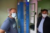 Nowy sprzęt w szpitalu w Krośnie Odrzańskim. Automatyczne stanowisko do dezynfekcji całego ciała jest testowane w wejściu izby przyjęć