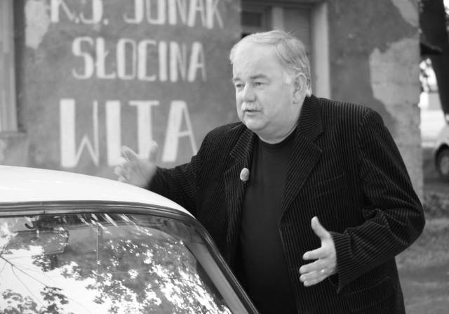 """Janusz Majka był miłośnikiem motoryzacji. Na zdjęciu podczas nagrania odcinka """"Legend PRL-u"""" TVN Turbo w maju 2010 roku."""