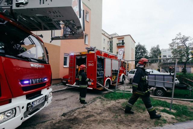 W piątek (8 września 2017) po południu kłęby dymu wydobywały się z mieszkania w bloku przy ulicy Powstańców Śląskich w Bydgoszczy. Strażacy mieli problem z dotarciem na miejsce akcji ciężkim sprzętem. Na szczęście, nikomu nic się nie stało.Po sygnale o pojawieniu się ognia w pustym mieszkaniu na I piętrze bloku przy ul. Powstańców Śląskich 9/4, na miejsce akcji wysłano cztery zastępy Państwowej Straży Pożarnej. Niestety, ciężkie wozy miały problem z podjechaniem pod blok, w którym paliło się mieszkanie.Z jednej strony stały zaparkowane samochody mieszkańców osiedla, z drugiej wbite w ziemię barierki ograniczające ruch. W tej sytuacji większość strażackich wozów stała w pogotowiu na położonej nieopodal ulicy Powstańców Wielkopolskich.- Samochody krążyły i podjeżdżały od drugiej strony - przyznała nam oficer dyżurna stanowiska kierowania PSP w Bydgoszczy.Strażacy ustalili, że w pustym mieszkaniu paliły się meble tapicerowane. To one dały tak duże zadymienie -  usłyszeliśmy od strażaków.W wyniku pożaru nikomu nic się nie stało. Fragment budynku wyglądał jednak nieciekawie. W środku okopconej elewacji widać było szeroko otwarte okna z powybijanymi szybami. - My jednak nie wybijaliśmy szyb - zapewnili nas strażacy.Na razie nie wiadomo, co było przyczyną pożaru w mieszkaniu przy ulicy Powstańców Śląskich.