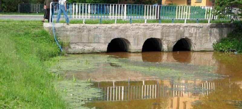 Woda w zalewie na rzece Lubce miała w środę brunatnoczerwony kolor. Pierwsi zauważyli to wędkarze i zawiadomili policję.