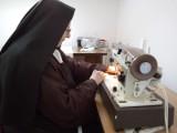 Siostry zakonne z Sosnowca uszyły już 150 fartuchów ochronnych. Tak pomagają w walce z koronawirusem