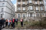 """Mieszkanki kamienicy na Dolnym Mieście czekają na nowy lokal, budynek jest w złym stanie. Piotr Ikonowicz: """"Ludzie czekają na łaskę miasta!"""""""