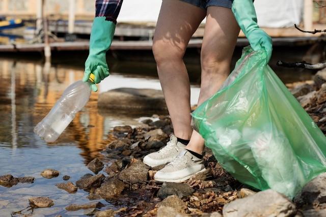 Rosnące koszty wywozu śmieci wzbudzają emocje wśród mieszkańców gminy.