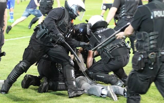 Kibice Lecha Poznań są niemile widziani na niedzielnym spotkaniu - twierdzą fani i informują o zmasowanej akcji policji, która ma zapobiec wnoszeniu na mecz z Legią materiałów pirotechnicznych.