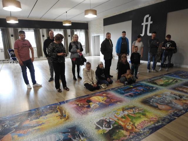 """- Układanie puzzli to moja pasja od dzieciństwa - mówi Natalia Puksza, która w niedzielę zaprezentowała ułożone elementy układanki """"Wspomnienia Disneya"""". - To wspaniała forma relaksu."""