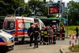 Autobus BKM linii 20 uderzył w słup. To był nieszczęśliwy wypadek. 15 osób zostało rannych [ZDJĘCIA, WIDEO]