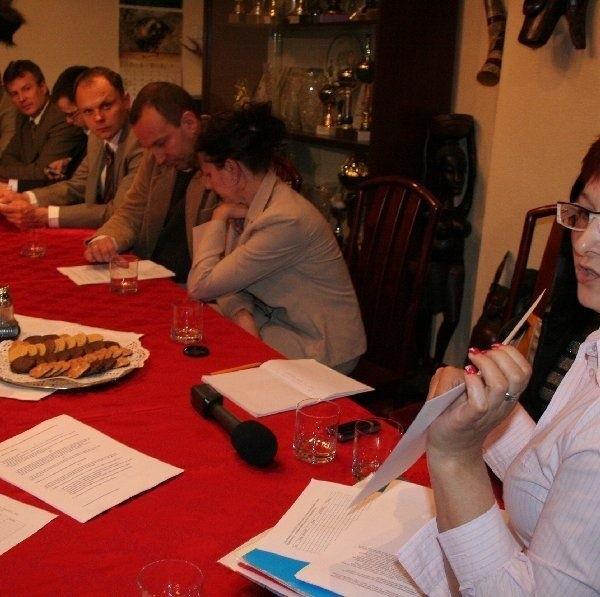 Beata Krzemińska, pomysłodawczyni  założenia Stowarzyszenia Miłośników Ziemi  Chełmińskiej, pokazuje statut. Przez najbliższe  dwa tygodnie potrwają prace nad jego  udoskonaleniem.