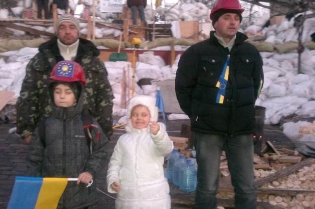 - Nie bałam się brać dziecka na Majdan, bo władze złamały w nas strach - mówi Oxana. Na zdjęciu jej córka Amelia z przyjacielem i ochroniarzem Majdanu.