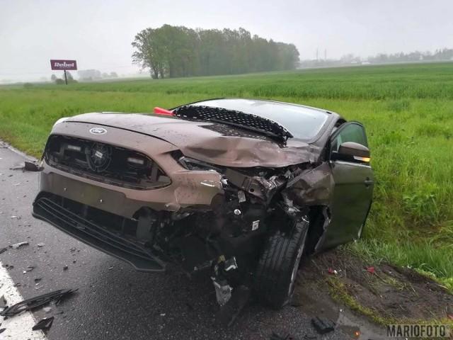 Nieoznakowany radiowóz marki Ford Focus, którym jechali policjanci w cywilu, wjechał w tył volkswagena polo, za kierownicą którego siedział obywatel Niemiec. Ford wpadł do rowu.