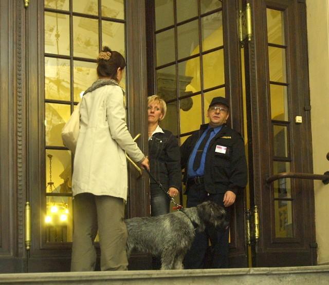 Specjalnie dla naszego psa w urzędzie wojewody utworzono punkt informacyjny... w drzwiach wejściowych.