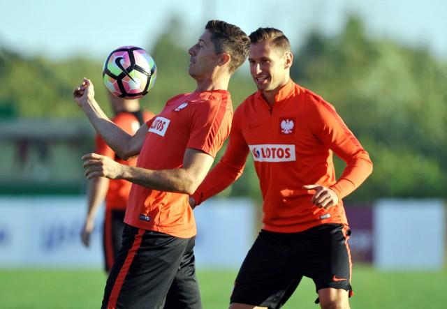 Polacy w piątek lecą do Kazachstanu. Lewandowski i Krychowiak na treningach byli w dobrych humorach