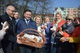 Włodarze Frankfurtu i Słubic rozdawali pączki mieszkańcom. Mieli ich aż 2 tys. [ZDJĘCIA]