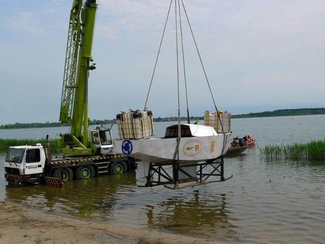 W wyznaczone miejsce na jezioro wrak przeniósł specjalistyczny dźwig.
