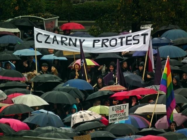 Czarny Protest odbył się 3 października w całym kraju. Na ulice wyszły ubrane na czarno kobiety