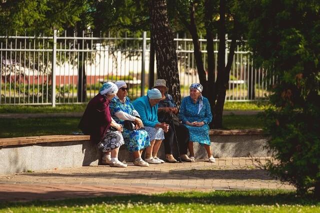 W 2022 roku emeryci znowu mogą liczyć na podwyżki emerytur. Jak zapowiada partia rządząca, nie będą one wynikały tylko z waloryzacji. Zmiany podatkowe mają zostać wdrożone jeszcze w tym roku. Ile więc od 2022 roku trafiać ma na konta emerytów? Na jakie dodatki mogą liczyć seniorzy od następnego roku! Sprawdzamy!
