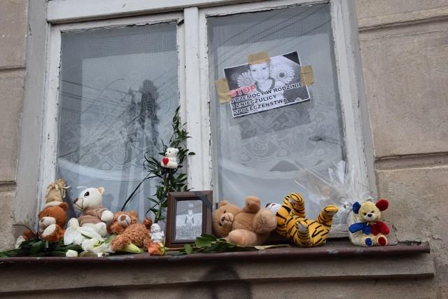 """Mieszkańcy Grudziądza spotkali się też pod domem skatowanego na śmierć Tomeczka. Tutaj, pod oknem z którego często wyglądał chłopczyk, dziś uczczono jego pamięć. Stawiano znicze...Maluchy darowały maskotki i laurki. Na jednej z nich napis...""""Tomek, śpij aniołku""""..."""