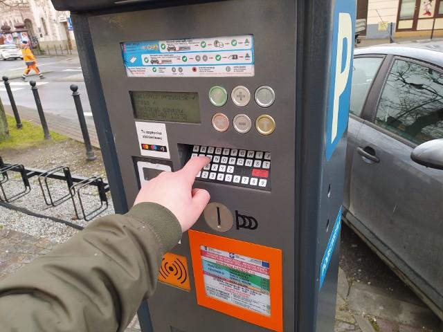 Parkometry w strefach parkowania i biletomaty na przystankach to wylęgarnia zarazków? - Urządzenia służą wszystkim mieszkańcom, codziennie korzystają z nich dziesiątki, jak nie setki osób, a czy ktoś o to dba? - pyta nasz Czytelnik.