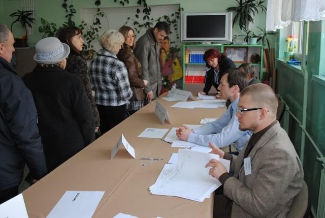 Obwód wyborczy w szkole w Sicienku o godz. 10,13