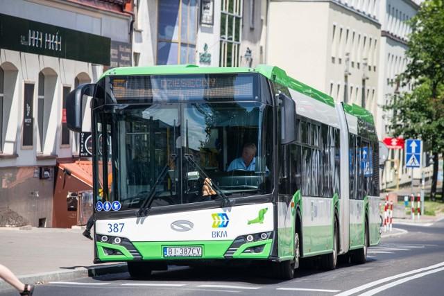 Kierowca autobusu miejskiego jest zawodem deficytowym. Z tego powodu nie brakuje ofert pracy dla kierowców pojazdów autobusowych.Na zdjęciu: Białystok, autobus