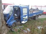 Wypadek drogowy z udziałem dzieci koło Świdwina. Busem w drzewo [zdjęcia]
