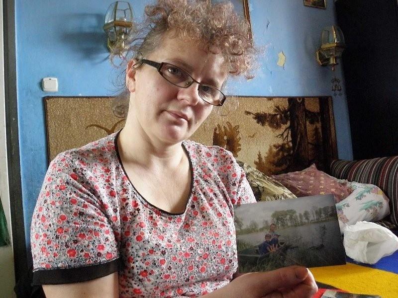 Dorota Szymczyk, mama Sebastiana z pamiątkowym zdjęciem na...