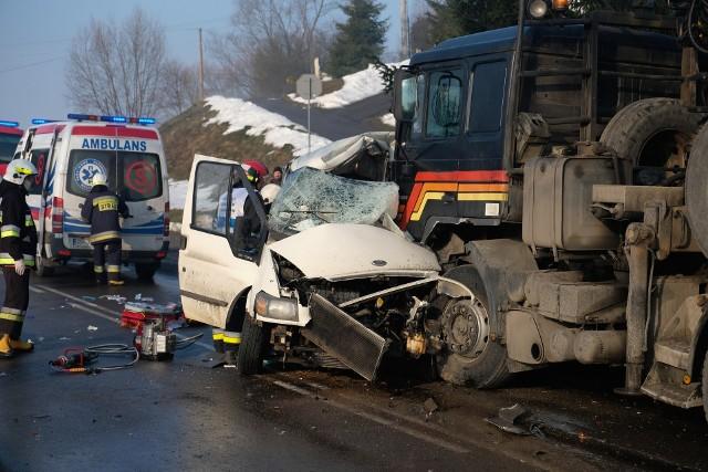 Do wypadku doszło w czwartek przed godz. 7, na drodze krajowej nr 28 w Birczy w pow. przemyskim.- Policjanci ustalili wstępnie, że kierujący fordem transitem, jadąc w kierunku Przemyśla, zjechał nagle na przeciwległy pas ruchu i zderzył się czołowo z samochodem ciężarowym z naczepą. W chwili wypadku panowały trudne warunki na drodze - było bardzo ślisko i mgliście - mówi asp. sztab. Magdalena Stecura z KMP w Przemyślu.Busem podróżowało w sumie sześciu mężczyzn. Kierowca i pasażer zginęli na miejscu. Pozostali czterej pasażerowi zostali przewiezieni do szpitali w Przemyślu i Sanoku. Jednego z nich, najbardziej rannego, do przemyskiego szpitala przetransportował śmigłowiec Lotniczego Pogotowia Ratunkowego. Kierowcy ciężarówki, 42-letniemu mieszkańcowi pow. przemyskiego nic się nie stało. Był trzeźwy.Busem z pobliskiej Starej Birczy jechali obywatele Ukrainy. To pracownicy budowy w Birczy, gdzie trwa remont mostu. Byli zatrudnieni przed jedną z rzeszowskich firm. Do celu zabrakło im około 500 metrów.Na miejscu wypadku pracują policjanci pod nadzorem prokuratora z udziałem biegłego z zakresu ruchu drogowego. Do Birczy zadysponowano 5 zastępów strażaków. Pierwszy na miejscu był zastęp OSP Bircza później dojechali ratownicy z OPS Sufczyna, OSP Krasiczyn, PSP Przemyśl i JRG Rzeszów (posterunek w Dynowie).DK nr 28 jest zablokowana w obu kierunkach. Policjanci kierują samochody na objazdy - od strony Przemyśla przez Nienadową, a od strony Sanoka przez Lipę i Jawornik Ruski na Nienadową. Utrudnienia mogą potrwać kilka godzin.