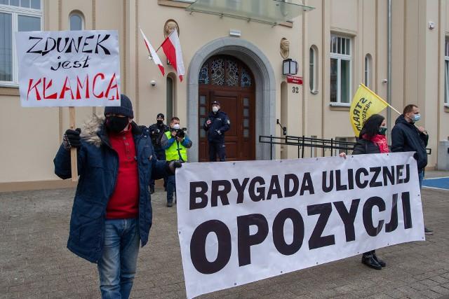 Działacze KOD w Bydgoszczy manifestowali przed siedzibą Komendy Miejskiej Policji w Bydgoszczy. Domagają się dymisji zastępcy komendanta miejskiego policji