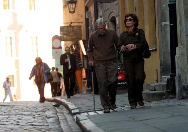 Coraz więcej osób opóźnia przejście na emeryturę, bo dotarła do nich prawda, że przejście na emeryturę od razu po uzyskaniu wieku emerytalnego oznacza głodową emeryturę. Innych do dłuższej pracy przekona planowane zwolnienie z PIT?Czytaj dalej. Przesuwaj zdjęcia w prawo - naciśnij strzałkę lub przycisk NASTĘPNE