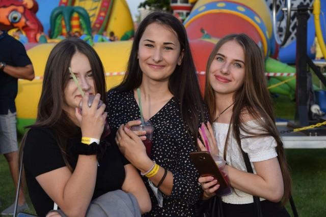 Setki mieszkańców Szydłowca oraz okolicznych miejscowości bawiły się w niedzielę podczas dziewiątej edycji Pomidzi Hit Festiwal! Byłeś na imprezie? Znajdź się na zdjęciu!