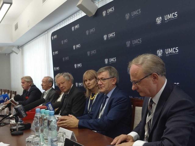 Rektor UMCS, prof. Stanisław Michałowski, w towarzystwie naukowców i ekspertów tłumaczył ideę Kongresu Politologii