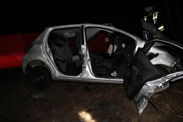 """Srebrną """"Elką"""" podróżowały trzy osoby. Dwóch kursantów zginęło na miejscu. Instruktor został przetransportowany do szpitala"""