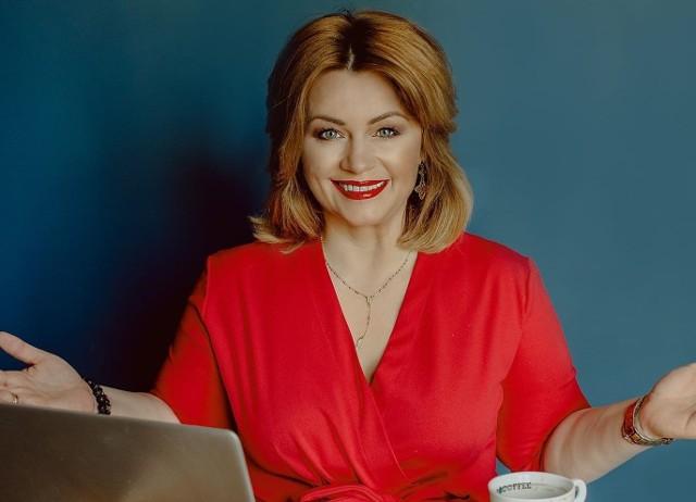 """Elżbieta Borowska – dyrektor Mary Kay poprowadzi wyjątkowe spotkanie online dla kobiet. Zdradzi sekret swojej urody i podpowie kobietom na co zwrócić szczególną w codziennej pielęgnacji skóry twarzy i ciała. Start transmisji na żywo już w piątek 5 marca o godz. 19:00 na Facebookowi profilu Fundacji """"Jesteśmy Blisko""""."""