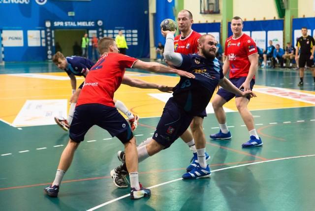 Adrian Wojkowski (przy piłce) w SPR Stali Mielec zagrał w 25 meczach