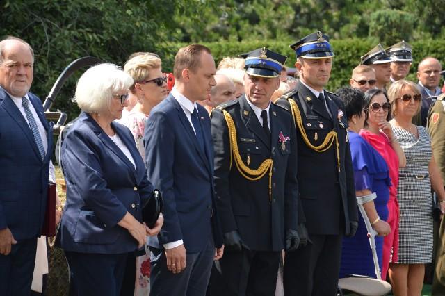 Ustępujący komendant Robert Lebioda w szeregu gości na uroczystym apelu